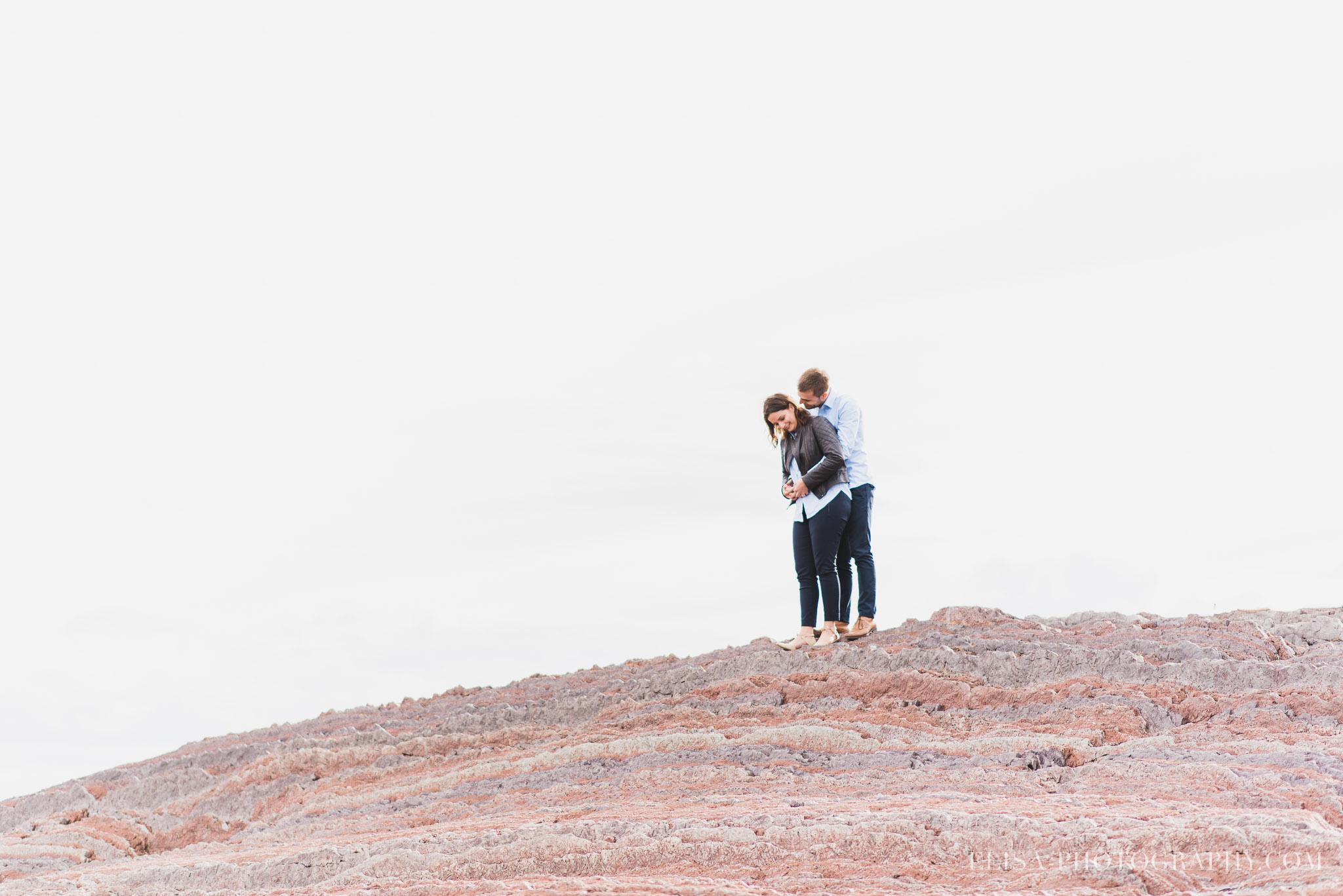 fiançailles romantique sur les rochers à l'Ile d'Orléans, Québec.
